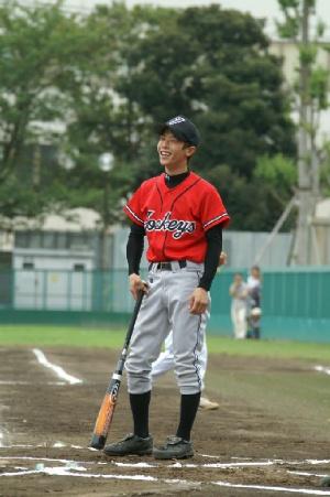 06 始球式の球をバットに当て苦笑い町田騎手.JPG