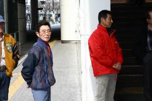 110325川崎駅で募金活動 佐々木竹見氏と山崎尋美調教師