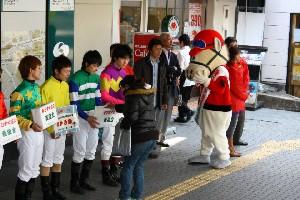 110325川崎駅で募金活動 西口 2