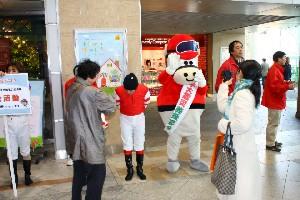 110325川崎駅で募金活動 高橋華代子さん