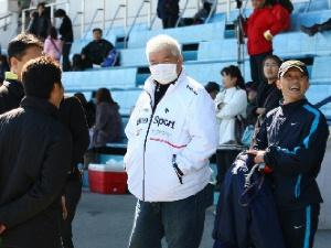 息子さんがBクラス優勝で競馬関係者から祝福される 東川公則騎手