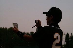 飯塚厩務員のMVP賞品をブログ用に撮影する川本騎手.jpg