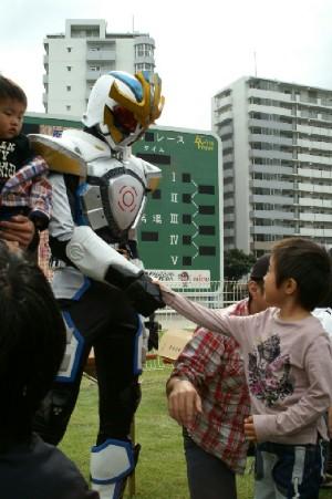 05 仮面ライダーと握手