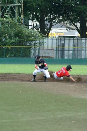 09 三回表 サードゴロで出塁の山野騎手が盗塁.JPG
