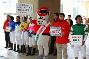 110325川崎駅で募金活動 東口 1