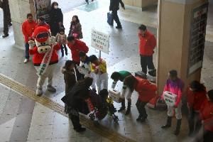110325川崎駅で募金活動 東口 4