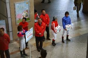 110325川崎駅で募金活動 東口 5