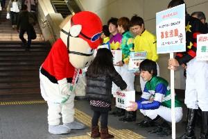110325川崎駅で募金活動 西口 3