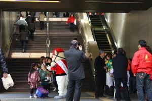 110325川崎駅で募金活動 西口 4