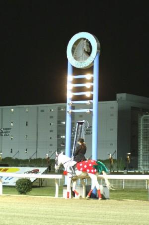 川崎競馬ナイター初日 ゴール板と イチゴの誘導馬